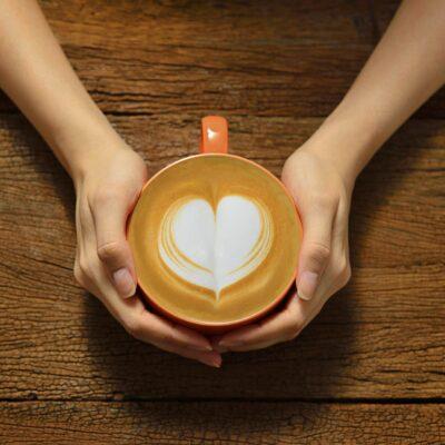 Latte Art in Tasse mit Herz